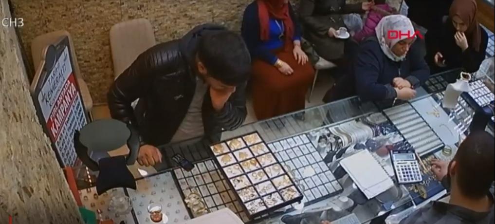"""دفع 20 ليرة لـ""""الصائغ"""" وسرقهُ بقلادة ذهبية بقيمة ألفين ليرة تركية 1"""