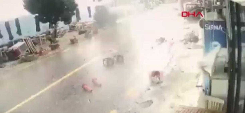 """بالفيديو:إعصار عنيف يحوَّلَ منطقة في """"بودروم"""" لـ""""ساحة حرب"""" 1"""
