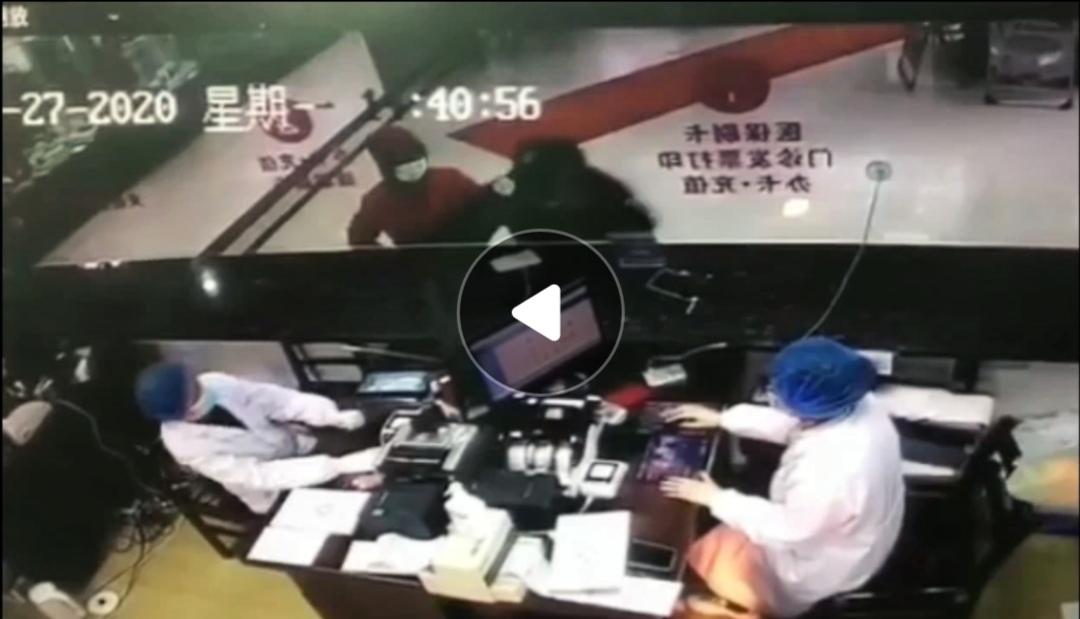 مريض صيني يسعل متعمدا بوجه موظفتي في المشفى 1
