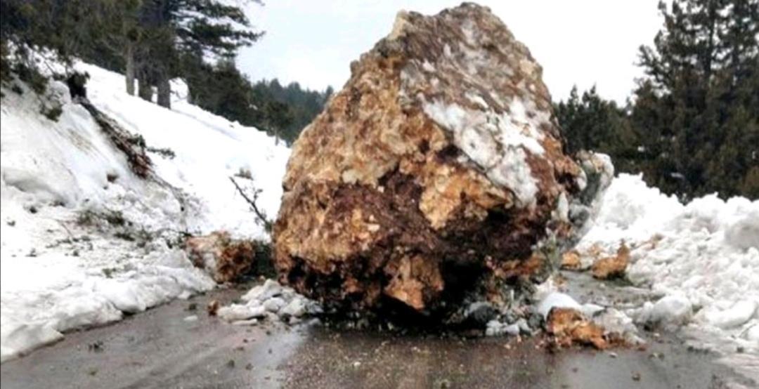 سقوط صخرة ضخمة على الطريق بسبب الهواء الماطر في مرسين 1