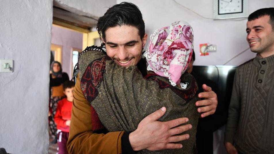 لحظة لقاء الشاب السوري مع المرأة التركية التي أنقذها من تحت الأنقاض (فيديو) 1