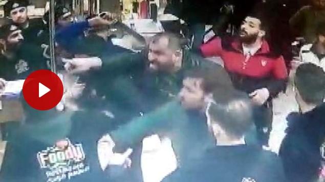 4 سوريين يهجمون بالسكاكين على مطعم في اسطنبول بعد أن طالبهم بالديون التي عليهم شاهد بالفيديو 1