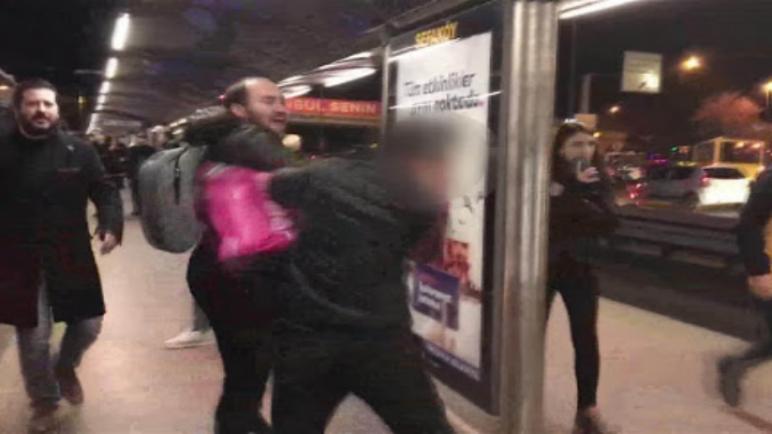 """الاعتداء على شاب في """"مترو بوس"""" إسطنبول.. ومصادر تكشف عن السبب . 1"""