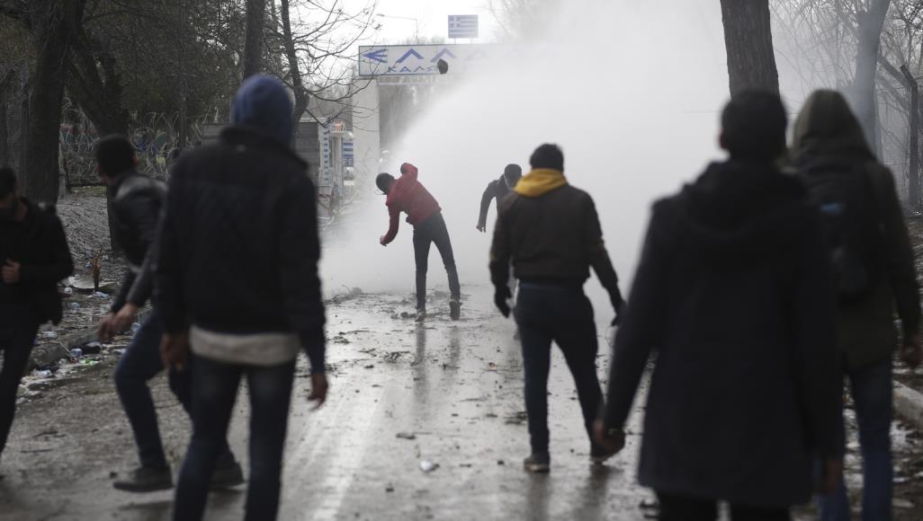 """""""تأهب أقصى"""" بالاتحاد الأوروبي.. آلاف اللاجئين يصرون على العبور رغم قمع الشرطة اليونانية 1"""