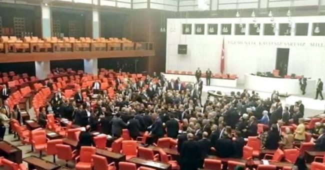 بالفيديو.. تبادل اللكمات في البرلمان التركي 1
