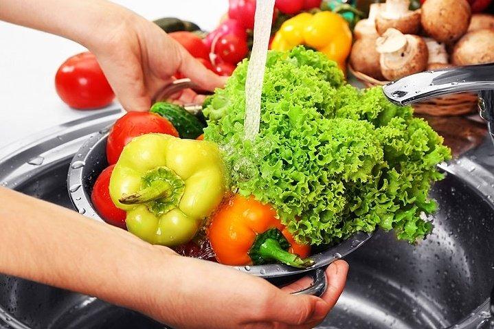 احذر :فيديو يجتاح الإنترنت يقدم طريقة ضارة لغسل الفواكه والخضروات في زمن كورونا 1