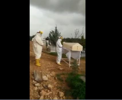 3 مصلين فقط وبملابس واقية .. هكذا بدت جنازة أحد الموتى بسبب فيروس كورونا 1