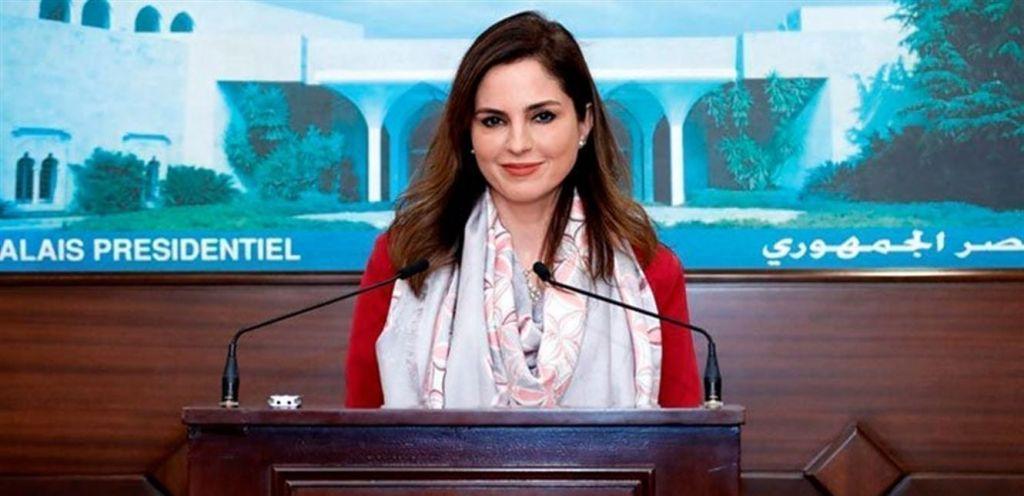 قبلة لوزيرة الإعلام اللبنانية على الهواء تشعل مواقع التواصل.. وهكذا كان رد فعلها 1