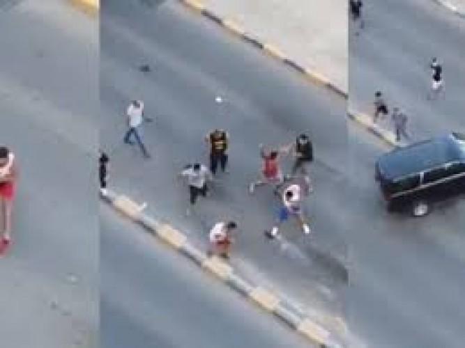 Photo of بالفيديو..شجار جماعي عنيف لوافدين عرب في أحد شوارع الكويت