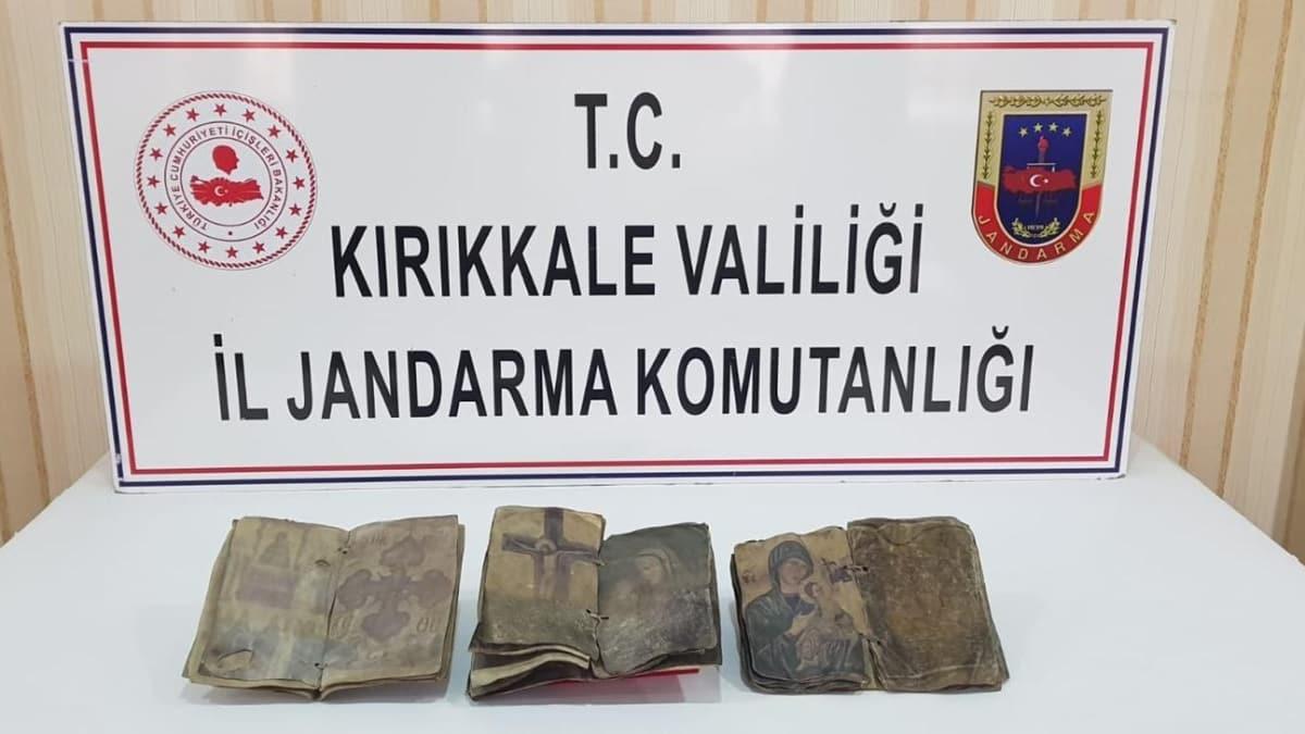 صورة السلطات التركية تضبط 3 مخطوطات قديمة مسروقة من سوريا في ولاية كركالي