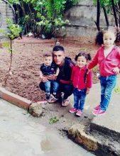 صورة عائلة سورية تناشد الحكومة التركية في ولاية ماردين لكي لا يضيع دماء ابنها