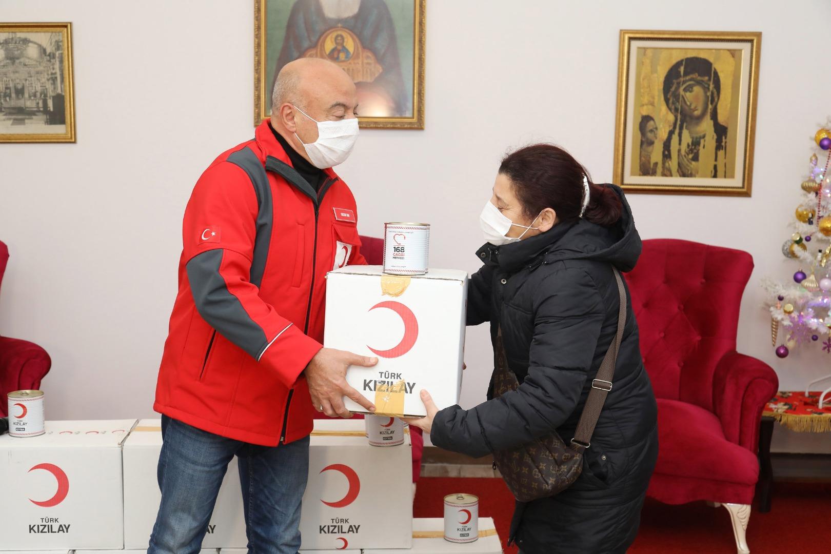 هام .. الهلال الأحمر التركي يوزع مساعدات غذائية في ولاية اسطنبول 17