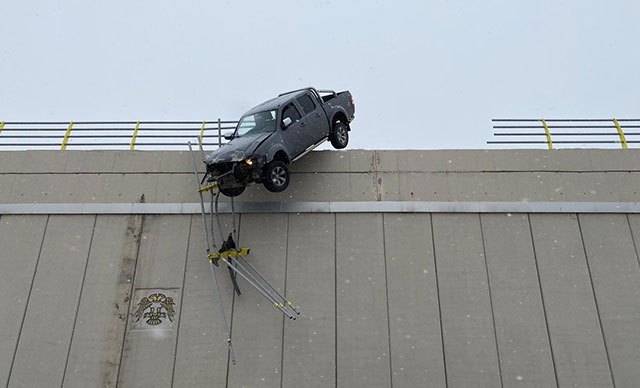 حادث مخيف لإنزلاق سيارة و تعلقها على الجسر بسبب الثلوج (فيديو) 1