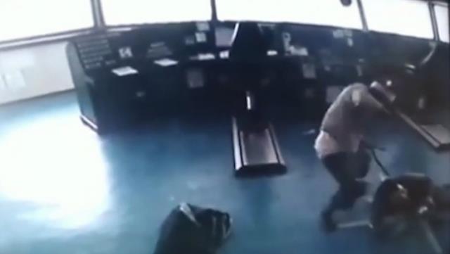 شاهد فيديو يوثق لحظة الهجوم على السفينة التركية في نيجيريا 2
