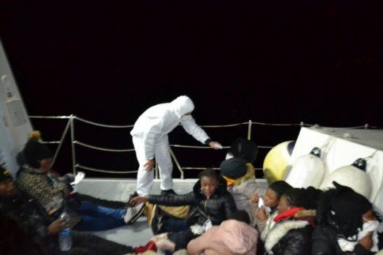 خفر السواحل التركي ينقذ 21 لاجئاً بينهم نساء و أطفال (صور) 2