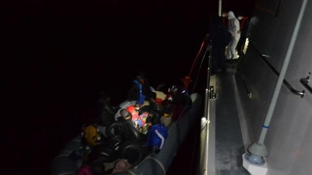 خفر السواحل التركي ينقذ 21 لاجئاً بينهم نساء و أطفال (صور) 1