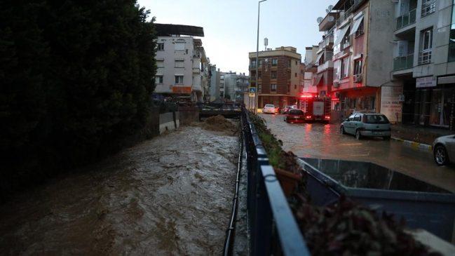 كارثة الفياضانات في ولاية إزمير تتسبب في وفاة شخصين و أضرار أخرى عديدة (صور) 4