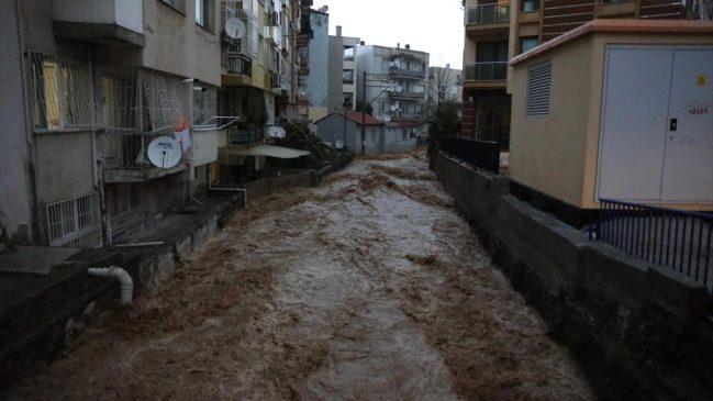 كارثة الفياضانات في ولاية إزمير تتسبب في وفاة شخصين و أضرار أخرى عديدة (صور) 6