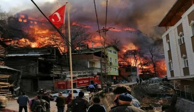 اندلاع حريق مخيف التهم 50 منزلاً في ولاية أرتفين (صور) 2