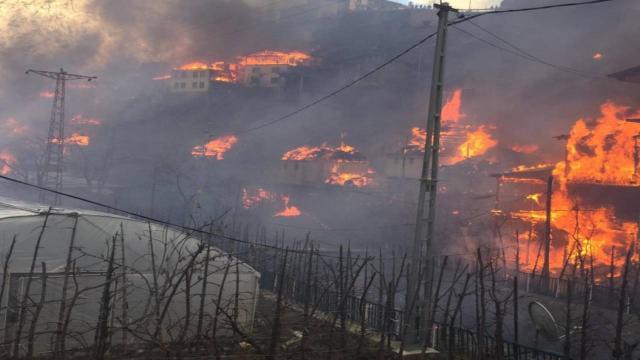 اندلاع حريق مخيف التهم 50 منزلاً في ولاية أرتفين (صور) 1