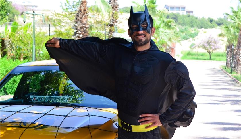 """""""باتمان"""" مرسين.. سائق تركي يزرع البسمة على وجوه الآخرين 1"""