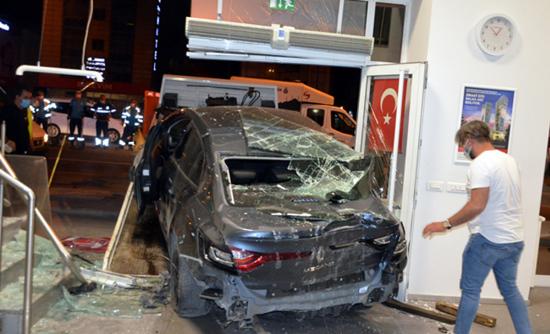 اسطنبول:حادث مروع لسيارة تصطدم بنك 8