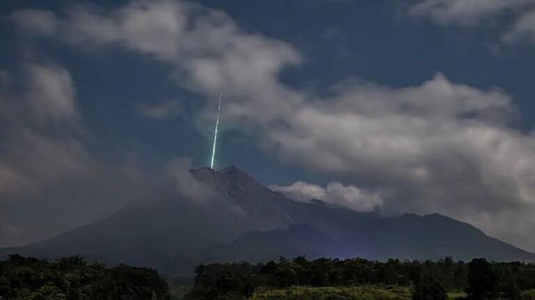 رصد ضوء أخضر غريب فوق بركان إندونيسي أثناء ثورانه 11